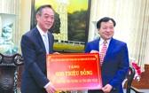 中國駐本市總領事吳駿(左)向平順省 人委會主席阮文二移交捐款。