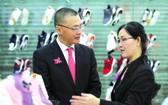 平仙公司代表向武光明大使介紹產品。