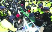 居民和警察發生衝突。