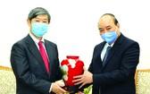 政府總理阮春福向日本國際合作機構主席贈送紀念品。