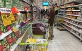 泰國民眾在超市購物。