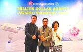 陳僑漢總經理(中)獲「百萬美元 票務代理商」獎項。