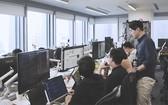 林煥枝(站立者)與其公司團隊努力克服困難, 為公司的發展踏出重要一步。