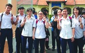 10名參加中文科考試的考生開心步出考場。