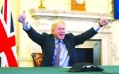 英國首相鮑里斯‧約翰遜在倫敦的首相府慶祝英歐雙方達成協議。