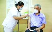 據新加坡《聯合早報》報導,當地時間8日上午10時58分,新加坡總理李顯龍在新加坡中央醫院接種新冠疫苗。