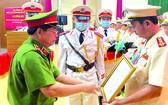 市公安廳副廳長給阮煌勝大校頒授《決定》。