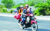 全家人騎摩托車回鄉過年。