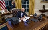 拜登總統上任第一天簽署多項發令。