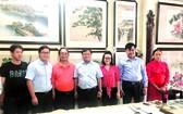 人民藝人張漢明(左三)與郡領導及學生合照。