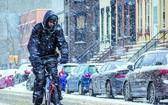 紐約市民雪中出行。