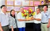 市民族處主任黃文鴻玉(右二)向劉劍昌 醫師(右三)贈送鮮花。