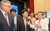 市人委會主席阮成鋒在投資工作小組活動總結會議上與代表們交換意見。