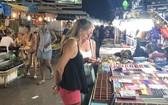 疫情爆發前,外國遊客參觀堅江省富國島夜市。