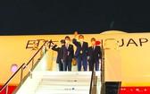 日本首相菅義偉(右二)乘專機飛抵美國首都華盛頓。