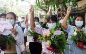 緬甸婦女在仰光手捧鮮花參加反對軍事政變的抗議活動。(圖源:互聯網)