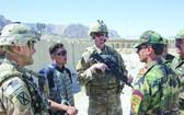 駐阿美軍與阿國軍在阿富汗戰場上。