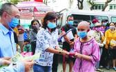 在廣大熱心讀者的持 續捐獻,每年報社均向市 腫瘤醫院的病童贈送紅包 以減輕其家庭負擔。