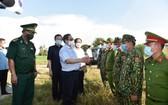 政府總理范明政檢查西南邊境安江省永仁邊防哨所區域的新冠肺炎疫情防控工作。