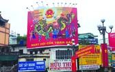 第十一郡蓮潭環島掛著喜迎選舉盛會的 宣傳標語和海報。
