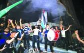 21日凌晨,加沙地區,巴勒斯坦民眾在街頭慶祝。