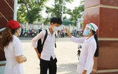 考生進入考場之前須戴口罩、測量體溫和使用殺菌液洗手。