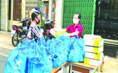 第五郡婦女向貧困婦女贈送禮物。