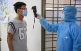 給在第七軍區軍事學校隔離者檢測體溫。