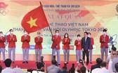 政府副總理范平明將國旗交給越南奧運代表團