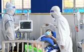 醫生在富潤郡1號收治新冠肺炎病例野戰醫院為病人檢查。