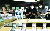 """工作人員體驗三星電子新款手 機""""Galaxy Z Fold3""""和""""Galaxy Z Flip3""""。"""