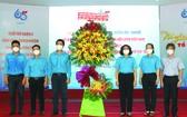 第五郡領導向該郡青年聯合會代表送花祝賀。