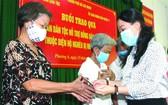 市民族處副主任鄧氏雪梅向感染新冠肺 炎病毒的貧困少數民族同胞贈送資助金。