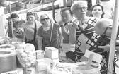外國遊客參觀藥材展銷。