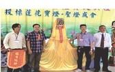陳昶霖(左二)投得觀音袍-金花-大香。