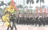 黨和國家領導與代表們在黎筍總書記塑像敬獻花圈。