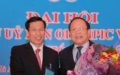 第四屆越南奧委會主席黃俊英(右)向阮玉善部長祝賀。