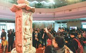 4月16日,在山西博物院,參觀者 在觀賞鄧峪石塔。(圖片來源:新華網)