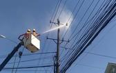 平代電力公司工人在無須斷電的情況下清洗電網。