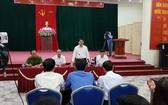 河內市人委會主席阮德鍾與同心鄉幹部就同心鄉部分居民非法禁錮20名公安幹部事件召開會議。(資料圖:俊馮)