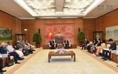 國會副主席汪朱琉在國會辦公廳會見國際合作社聯盟主席李春生。(圖片來源:互聯網)