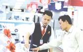 客戶在電器中心選購空調。