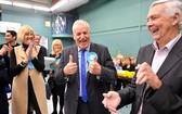 保守黨候選人迪克·馬登慶祝贏得席位。(圖源:互聯網)