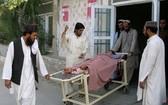 受傷的一名男孩送往巴基斯坦查馬醫院接受治療。(圖源:路透社)