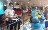 在機場採樣檢測新冠病毒。