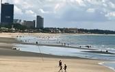 遊人今早紛紛到海灘游泳。