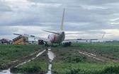 飛機降落滑行時偏出跑道。(圖源:tuoitre.vn)