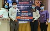劉立政總經理(左二)贈送月餅給市越南祖國陣線委員會轉交抗疫醫護人員。