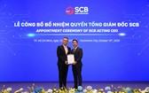 西貢銀行董事長丁文成向Chen Yi-Chung先生(左)頒發擔任代總經理《決定》。