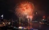 燦爛奪目的煙花點亮整個西貢河。